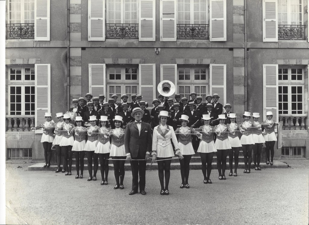 5  Les majorettes et l'Harmonie à La Loge des Bois peu avant 1970